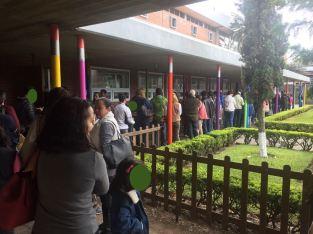 COLAS DE VACUNACON EN COLEGIO